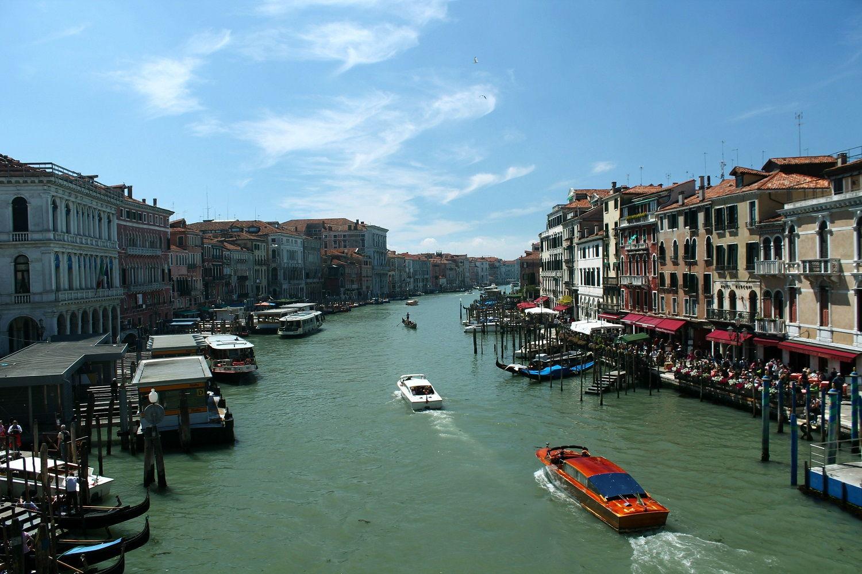 Benátky, mesto gondol, kanálov a karnevalu