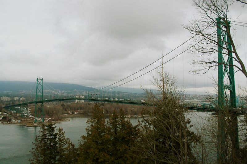 Pohľad na Lions Gate Bridge z Prospec Point Lookout v Stanley Parku